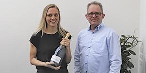 TKT Electronics - vinder af EOT messe konkurrence får champagne